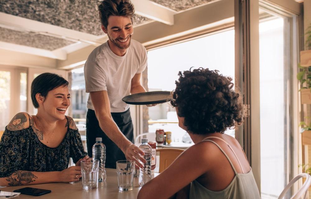 Kelnerstwo jako pierwsza praca – czy to moze sie oplacac